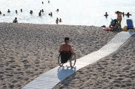 un disabile al mare